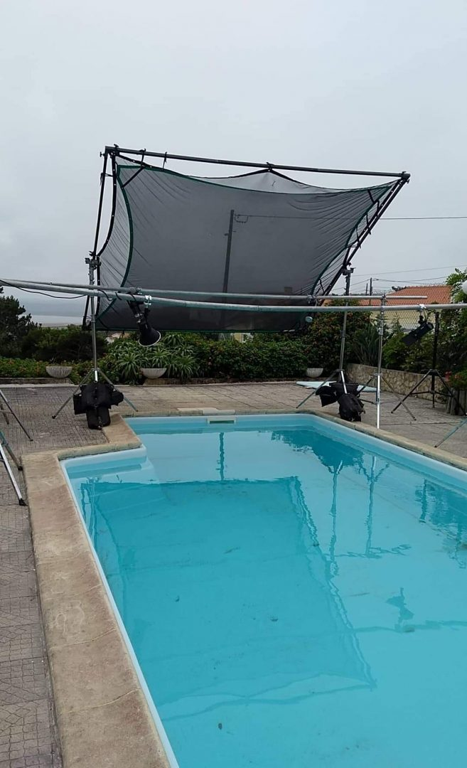 This is how the set was, the pool was crystal clear before we put the black cloth in it as you can see here.